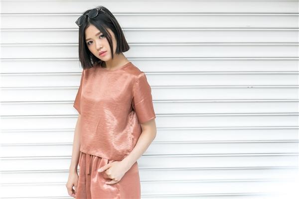 Cách phối trang phục tông xuyệt tông với tông màu hồng nâu giúp Suni Hạ Linh trông trẻ trung, lạ mắt hẳn.