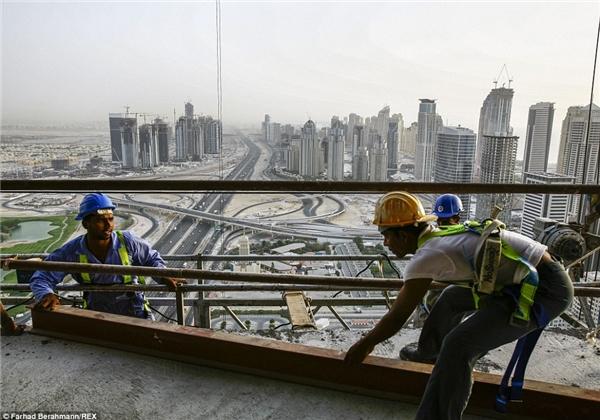 Dưới cái nóng 50 độ C cháy da cháy thịt của vùng đất Trung Đông, những người lao động này vẫn phải bất chấp, làm việc 14 giờ một ngày.(Ảnh:Farhad Berahman)