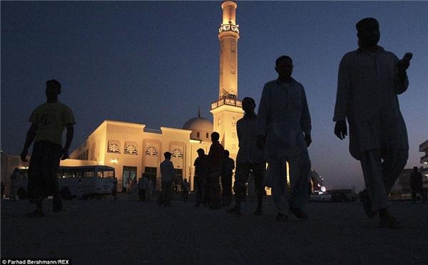 Người lao động trở vềsau khi cầu nguyện. Nhà thờ Hồi giáo ở Sonapur là một trong những công trình không mang vẻ rách rưới, tăm tối so với mặt bằng chung.(Ảnh:Farhad Berahman)