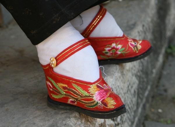 """Và có lẽ tục bó chân vô cùng đau đớn xuất phát từ quan niệm bàn chân phải thon gọn mới quyến rũ. Phụ nữ chịu đau đớn để có thể có được một bàn chân """"như ý"""". (Ảnh: Internet)"""