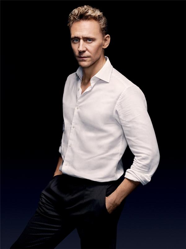 Dù mang hai cảm giác khác nhau nhưng cả Tom Hiddleston và David Beckham đều chuẩn soái ca khi diện sơ mi trắng. (Ảnh: Internet)