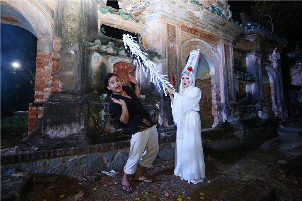 Đặc biệt, Việt Hương và ê-kíp đã quay xuyên đêm tại một nghĩa trang để có thể đem lại cảm giác âm u tĩnh mịch giữa cõi âm dương lẫn lộn cho sản phẩm lần này.
