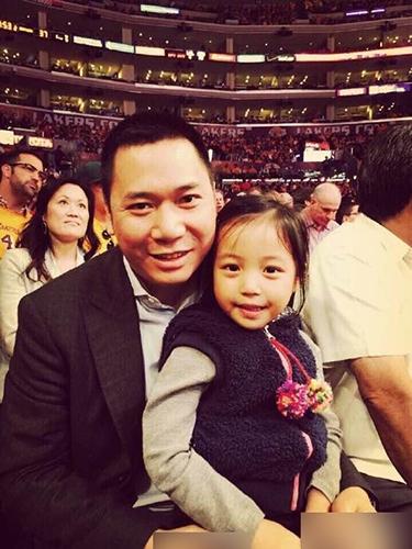 Huỳnh Hữu Long luôn được ngưỡng mộ vì thường xuyên chăm sóc con để Triệu Vy an tâm làm việc