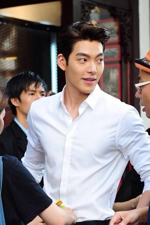 Kim Won Bin phải nói là quá xuất sắc trong combo áo sơ mi trắng và gương mặt nam tính hút hồn rồi!(Ảnh: Internet)