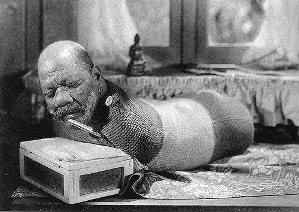 """Đây là """"Ông Hoàng""""Randiandiễn viên gánh xiếcBarnum & Bailey đang thực hiện màn cuốn xì gà và hút xì gà bằng miệng.Ông sinh ra đã khiếm khuyết tứ chi. (Ảnh: Internet)"""