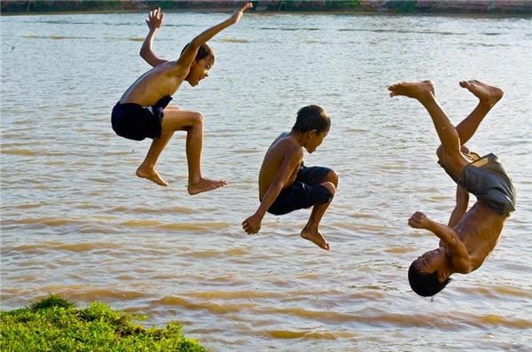Tiếng hò reo của bọn trẻ làm nhộn nhịp cả một khúc sông vắng. (Ảnh Internet)