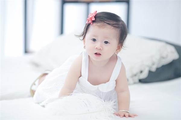 Lúc mới sinh xong Trang Trần rất mặc cảm vì bụng vẫn còn bự, xấu xí, đầu tóc rối bù và mặt mũi hốc hác nên cô không chia sẻ nhiều với ba Kiến Lửa. - Tin sao Viet - Tin tuc sao Viet - Scandal sao Viet - Tin tuc cua Sao - Tin cua Sao