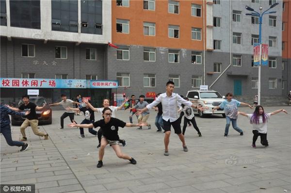 Ba chiếc siêu xe tiến vào sân trường sau màn nhảy flashmob. (Ảnh: Internet)