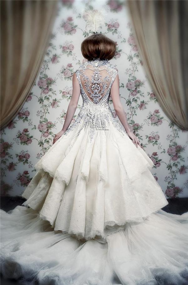 Phần lưngđược nhấn bởi các hạt pha lê, đan xen kim cương cũnglà một chiếc váy cưới quyến rũ và xinh đẹp.