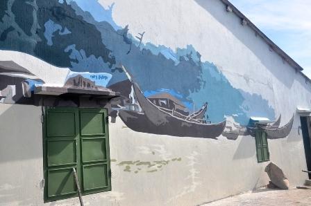 Những con thuyền đánh cá lênh đênh trên biển thể hiện cho cuộc sống ở làng chài.
