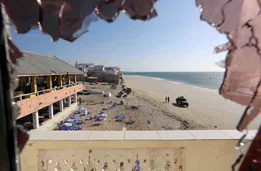 Bãi tắm xinh đẹp Lido hoang tàn và không một bóng du khách sau vụ đánh bom khủng bố vào ngày 22/1