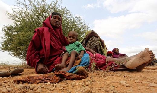 Người phụ nữ này phải bế con để chạy lũ trên sông Shabelle. Họ không biết phải trông chờ vào ai khi mà một đất nước không hề có chính phủ hoạt động đúng nghĩa trong 25 năm qua.