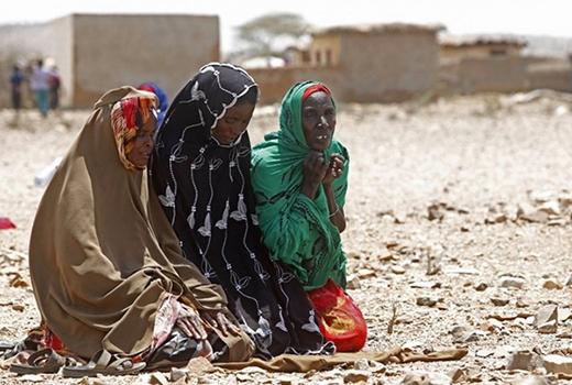 Người dân ở đây chỉ còn biết cầu nguyện hằng ngày, mong chiến tranh sẽ ngừng diễn ra để cuộc sống bình an. Theo CIA, cuộc nội chiến khiến tuổi thọ trung bình của người dân Somalia chỉ khoảng 51,96 tuổi.