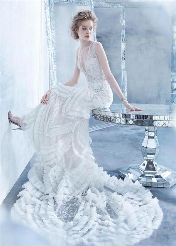 Một chiếc váy cưới phá cách ở đuôi và cut out ngực là lựa chọn cho những cô nàng cá tính nhưng vẫn thích giữ sự nhẹ nhàng.