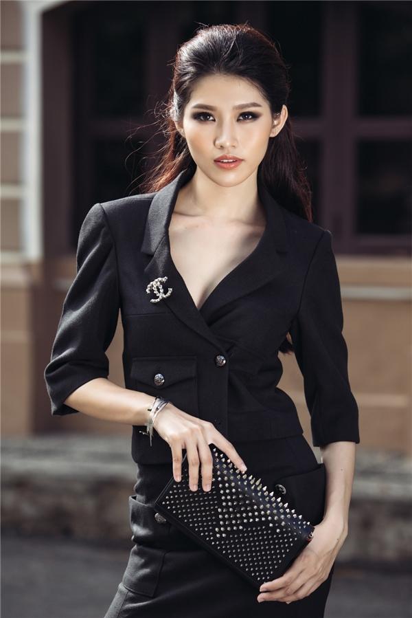 Trên nền sắc đen, nữ người mẫu diện bộ cánh hài hòa giữa màu sắc cổ điển cùng phong cách hiện đại ở đường cắt xẻ táo bạo. Loạt phụ kiện được Quỳnh Châu chọn phối đồng điệu với trang phục ở màu sắc, sự đơn giản trong thiết kế.