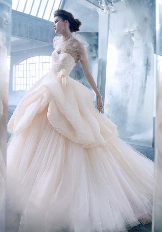 Váy xòe được đắp thêm vải phồng làm cho các cô dâu nhỏ nhắng trở nên đầy đặn hơn.