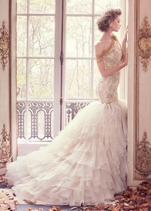Không chỉ chú trọng họatiết, độ dài và rộng của chiếc váy cũng tạo điểm nhấn giúp cáccô dâu trở nên lung linh hơn.