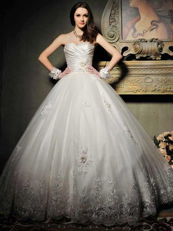 Các hạt đá được đính xung quang chân váy làm tăng sự sang trọng cho cô dâu trong ngày trọng đại.
