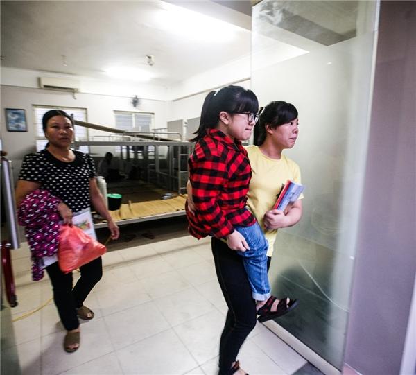Hải cùng gia đình đi gọi xe taxi. Do lần đầu lên Hà Nội, cả nhà còn rất bỡ ngỡ với đường phố, thêm vào việc đi lại cồng kềnh vì phải mang theo xe lăn nên khá vất vả.
