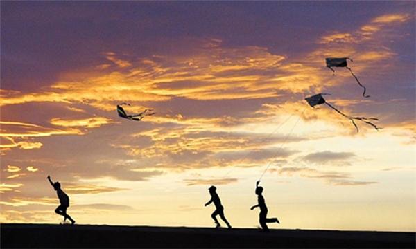 Những cánh diều gắn liền với tuổi thơ của các em nhỏ miền quê. (Ảnh Internet)