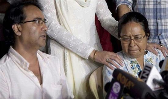 Bố mẹ Pratyusha Banerjee liên tục họp báo để đòi lại công lý cho con.