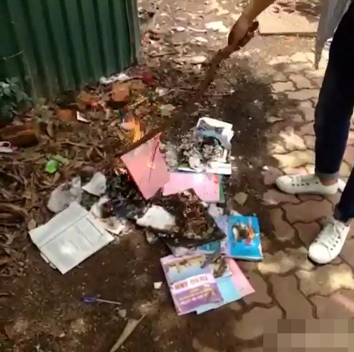 Cậu học sinh không ngần ngại đốt sách vở ra tro sau khì thi THPT Quốc gia. (Ảnh: Cắt từ clip)