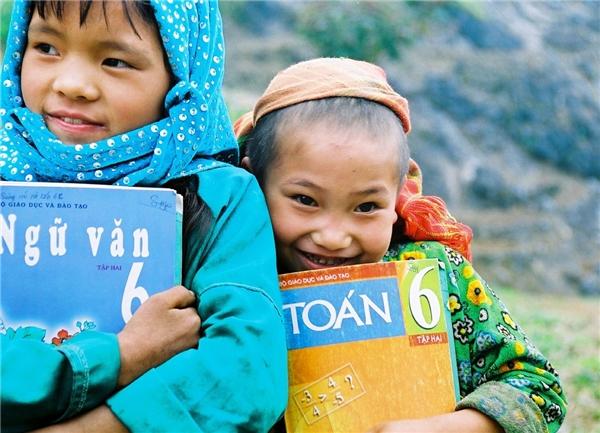Không phải ai cũng may mắn được sở hữu một bộ sách giáo khoa đầy đủ. (Ảnh: Bích Yến)