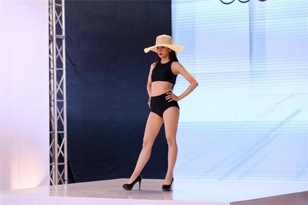 Nữ Vlogger tập làm quen với trang phục nữ tính, giày cao gót, sàn catwalk.