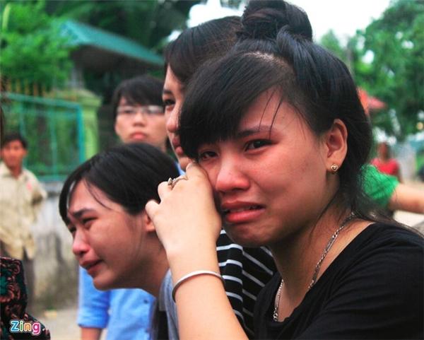 Bạn bè của nữ sinh xấu số đã không cầm được nước mắt. Ảnh: Internet