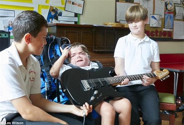 Jonathan có ý định sẽ giúp đỡ những đứa trẻ khác có hoàn cảnh giống mình học cách giao tiếp.
