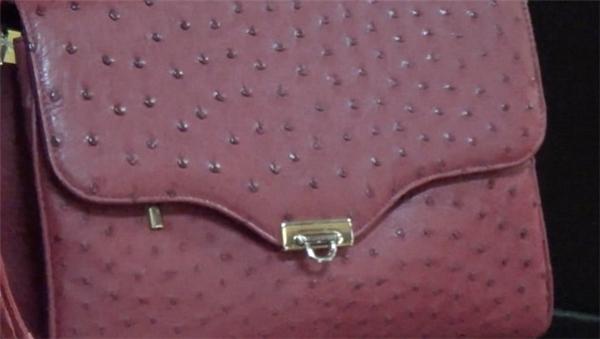 Chiếc túi đắt đỏ mà nhiều người yêu thích được chế tác từ da đà điểu.