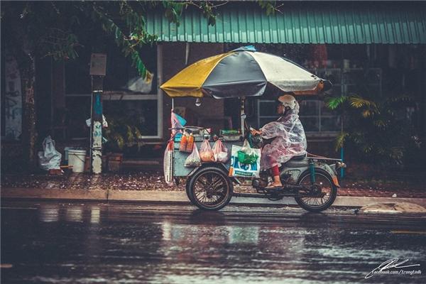 Công cuộc mưu sinh chật vật thêm một chút vì cơn mưa Sài Gòn. (Ảnh: Lưu Khúc)