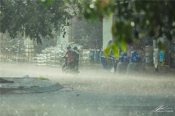 Nhưng có phải cũng nhờ cơn mưa mà người ta gần nhau thêm một chút? (Ảnh: Lưu Khúc)