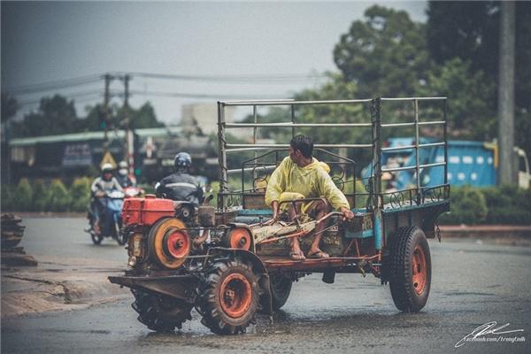 Họ phải nhanh chóng trở lại công việc sau cơn mưa. (Ảnh: Lưu Khúc)