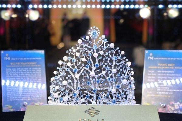 Một chiếc vương miện tiền tỉkhác phải kể đến là vương miện Hoa hậu Đại dương. Với đá topaz xanh thẳm, cùng ngọc trai tự nhiên, kim cương tự nhiên, chiếc vương miện mô phỏng hình dáng san hô được định giá 1,6 tỉđồng.