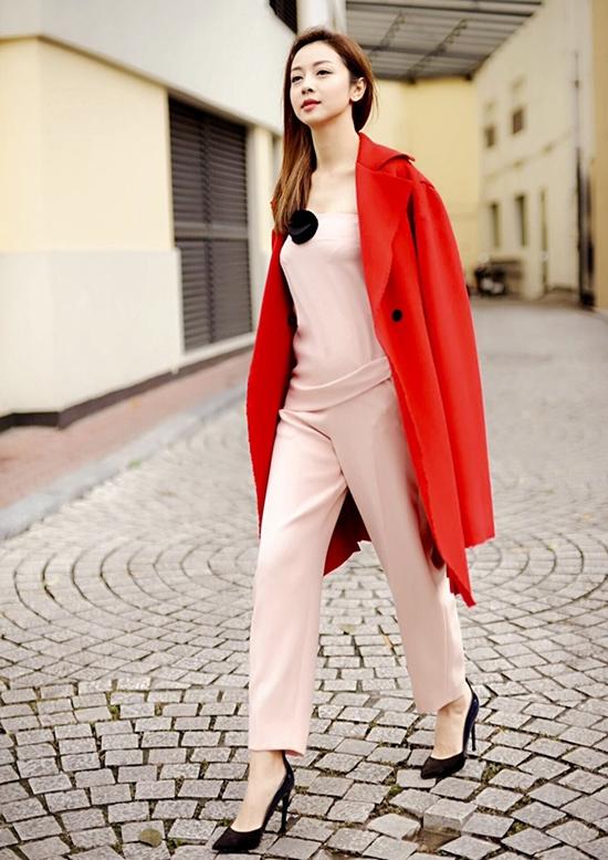 Jennifer Phạm lại chọn phối cùng áo khoác màu đỏ nổi bật.