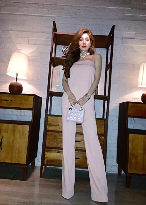 Maria Đinh Phương Ánh là một trong những người đầu tiên diện thiết kế này. Cô phối chúng cùng vòng cổ to bản, túi Lady Dior màu hồng đồng điệu.
