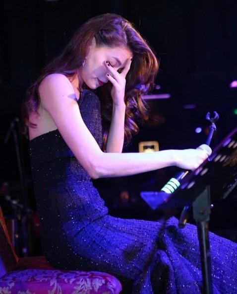 """Và ngay tại thời điểm nhạy cảm khi Hà Hồ và Cường Đôla đang đối mặt với tin đồn """"đường ai nấy đi"""", nữ ca sĩ tiếp tụcbật khóc trên sân khấu,trongliveshow kỉ niệm 10 năm ca hát của cô đượctổ chức vàocuối năm 2014.Giọng ca Xóa kí ứcđồng cảm giữa ca từ bài hát và những """"sóng gió"""", """"cay đắng""""cô từng trải qua. - Tin sao Viet - Tin tuc sao Viet - Scandal sao Viet - Tin tuc cua Sao - Tin cua Sao"""