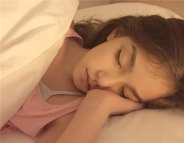 Sự nhí nhảnh dễ thương của cô bé được thay bằng nét đẹp thanh lịch, quyến rũ và vô cùng nữ tính.