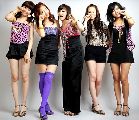 Wonder Girls là nhóm nhạc nhiệt tình lăng xê mốt da beo nhất xứ Hàn bấy giờ. Ngay đợt quảng báo So hot, bất cứ trên sân khấu hay ở ngoài, cả nhóm đều mặc trang phục da beo từ vàng, hồng, xanh thậm chí cả da beo tím.