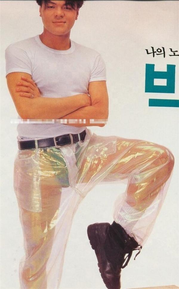 """Nói đến trang phục xấu thì chắc chắn không ai là không biết đến bộ trang phục để đời của JYP. Tạo dáng khó hiểu cùng chiếc quần nylon trong suốt lộ cả """"phụ tùng"""" vô cùng táo bạo."""
