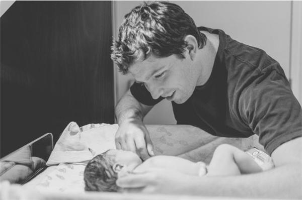 Sản phụ tự chụp khoảnh khắc sinh con của mình khiến thế giới ngỡ ngàng
