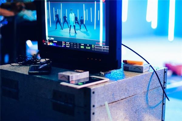 Trường quaydiễn racăng thẳng khi đạo diễn và quay phim yêu cầu khá nghiêm khắc từ khâu bối cảnh, make-up, trang phục, vũ đạo và cả diễn xuất của các nghệ sĩ tham gia MV.