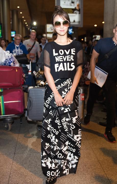 Người đẹp diện trang phục sân bay giản dị mà tinh tế.