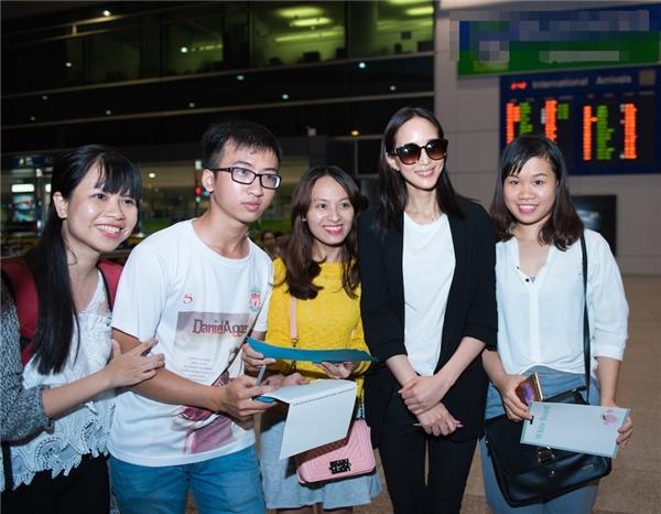 Fan Việt vây kín Trương Quân Ninh, Tiết Khải Kỳ tại sân bay