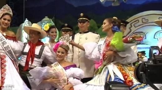 Á hậu giật vương miện của Hoa hậu, đội lên đầu mình để chụp ảnh