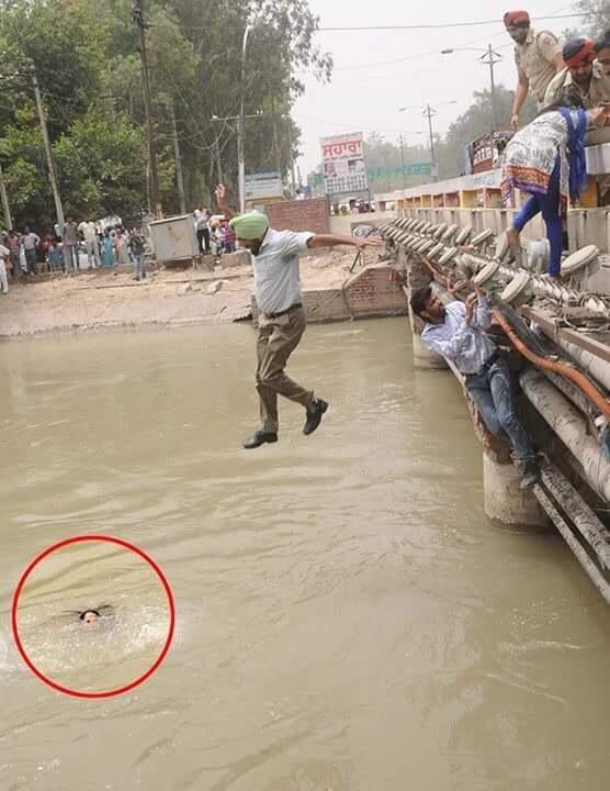 Một người cảnh sát ở bang Punjab, Ấn Độ, nhảy xuống nước để cứu một cô giáo bị nước cuốn.
