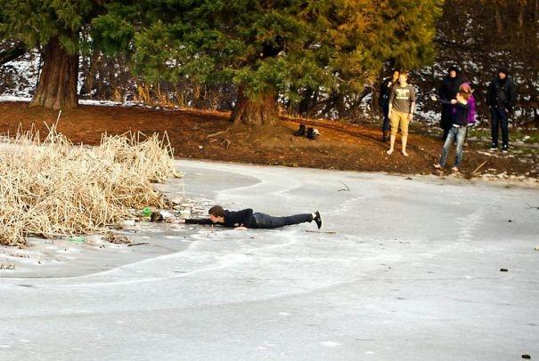 Một cậu thiếu niên bò ra giữa lòng hồ đóng băng ở Sofia, Bulgaria, để vớt một chú chó hoang bị chìm dưới nước lạnh.