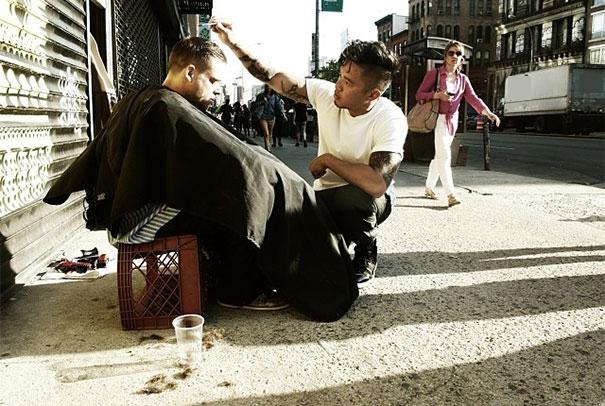 Chủ Nhật nào cũng vậy, người thợ làm tóc này đều cắt tóc miễn phí cho người vô gia cư.