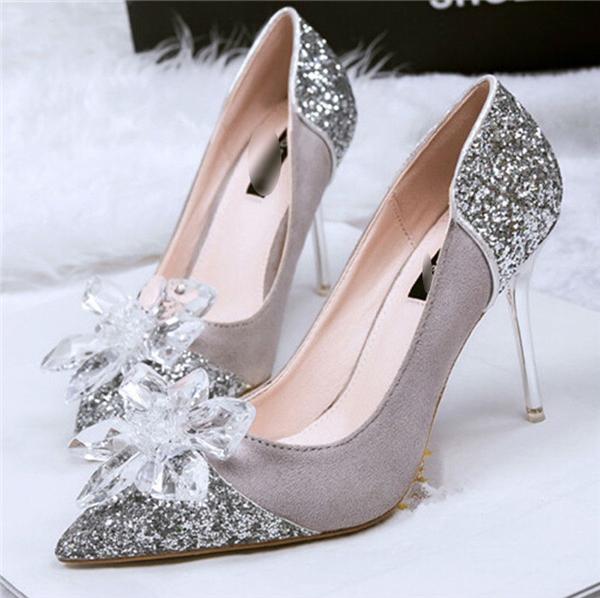 Ngay cả giày phối lộ da cũng là một điểm nhấn thú vị.Thử tưởng tượng xem, một đôi giày được đính hoa đá thủy tinh thì còn điều gì tuyệt vời hơn nữa chứ.